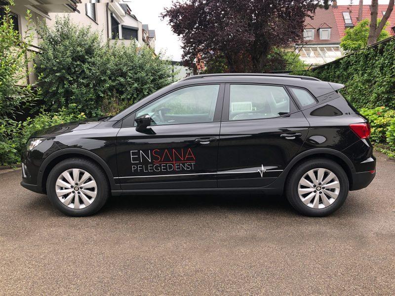 Fahrzeugbeschriftung - Seitenansicht eines schwarzen Aronas mit neuer Folienbeschriftung
