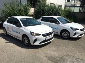 Flottenbeklebung - Schrägansicht von zwei Corsas mit neuer Folierung