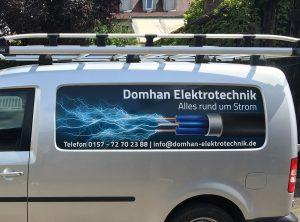 Fahrzeugfolierung - Nahaufnehme der Seitenansicht des silbernen Caddy von Domhan Elektrotechnik, der frisch foliert wurde