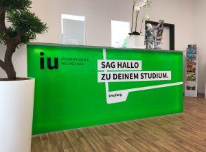 Campusfolierung - Thekenfolierung von vorne fotografiert foliert für die IU Internationalen Hochschule