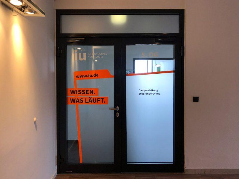 Campusfolierung - Türfolierung im fünften Stock der IU Internationalen Hochschule in Nürnberg