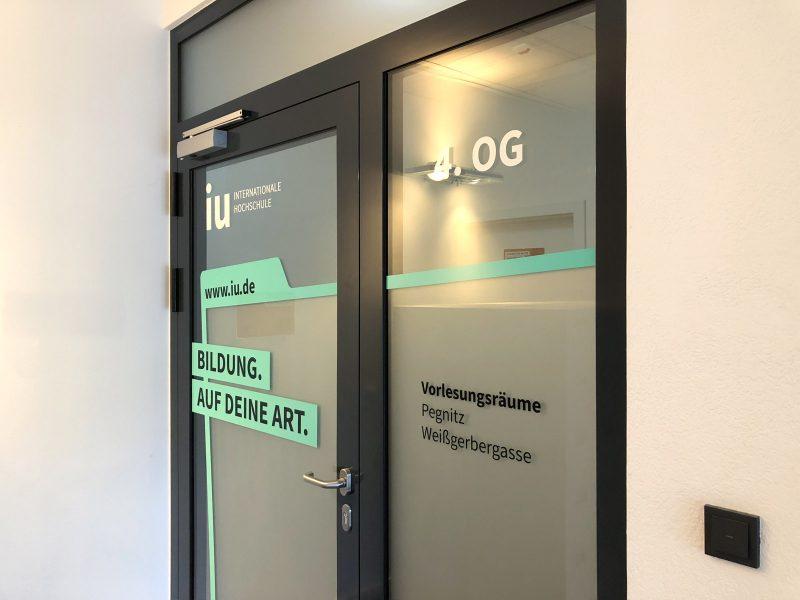 Campusfolierung - Türfolierung im vierten Stock der IU Internationalen Hochschule in Nürnberg
