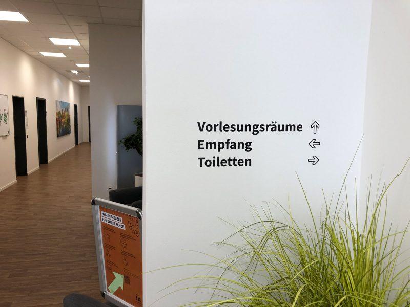 Campusfolierung - Wandbeschriftung in der IU Internationalen Hochschule